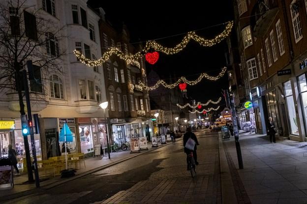 En lang række af byens butikker har spyttet i kassen til den nye julebelysning. Foto: Lasse Sand