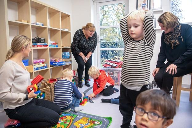 Der bliver leget til den store guldmedalje i de nye lokaler. Her ses sammen med børnene ud over Karin  Holm Hansen til venstre Trine Jacobsen og til højre Therese Jensen, der er afdelingsleder i den aldersintegrerede institution.