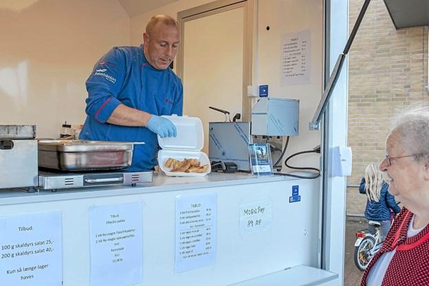 Inger Konnerup kunne ikke stå for de mange lækre nystegte fisk. Hun købte både fiskefileter og ølmarinerede torskepinde med hjem til frokosten. Foto: Niels Helver