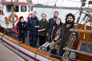 Unge fra hele verden bor på gammel hajkutter i Mariager: - Vi drømmer om at krydse Atlanten