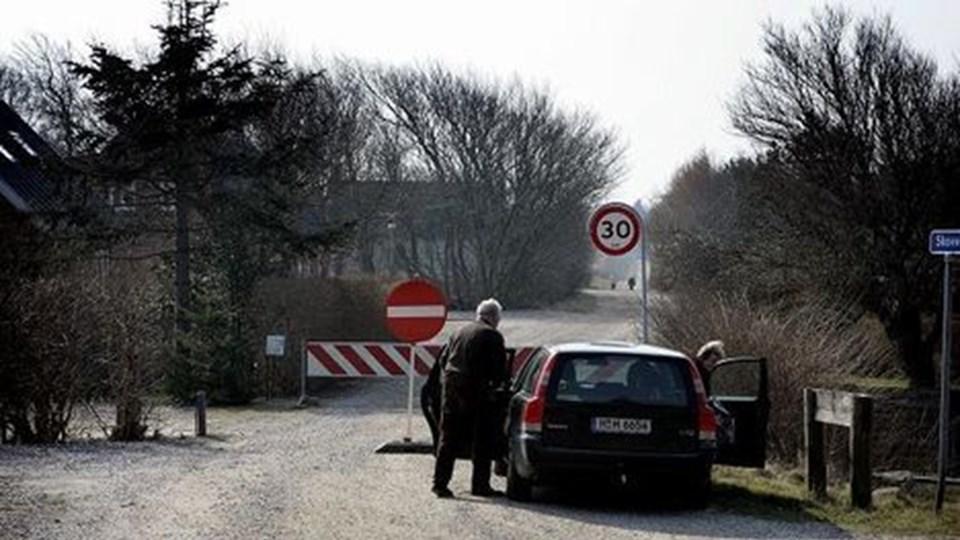 Et tysk ægtepar fra Hannover måtte torsdag formiddag opgive at besøge Rønhede Plantage. Det var Turistkontoret, der havde sendt dem til naturperlen i Bedsted. Nu er vejspærringen ophævet. Foto: Peter Mørk
