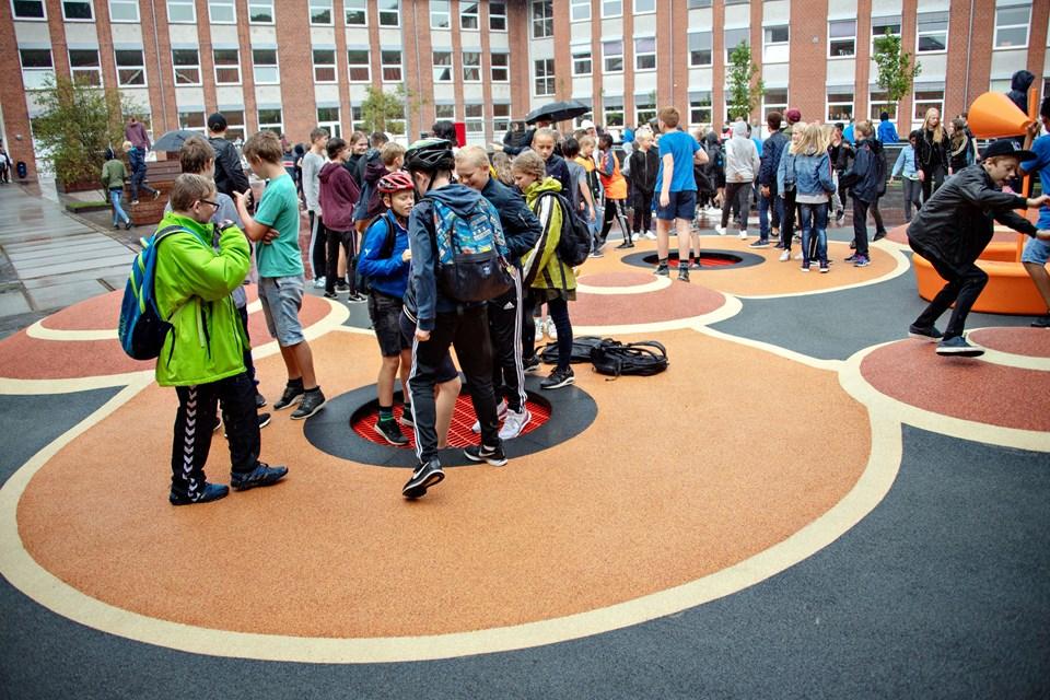 Elever fra 6. årgang på Bymarkskolen og Valsgård Skole var inviteret med til indvielsen på skolegården, som de selv kan se frem til at tage i brug næste skoleår.