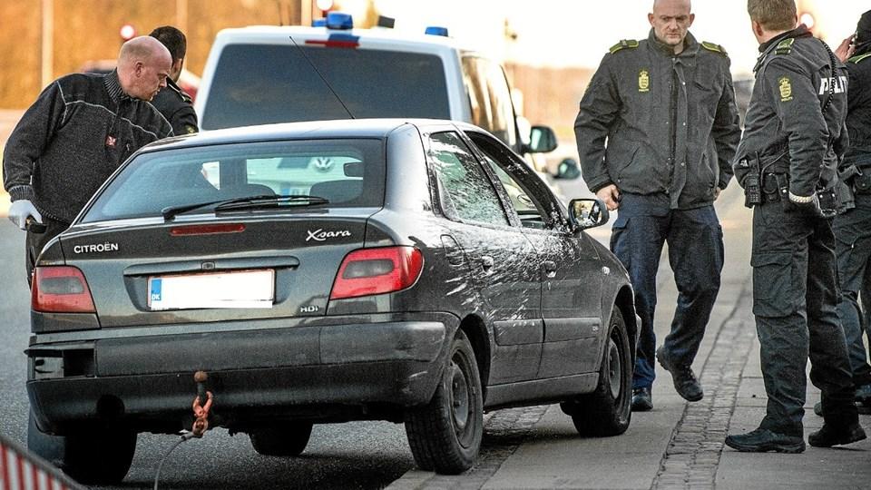 Politiet med bilen, hvor hvidt pulver blev drysset ud under flugten. Striber af det formodede narkopulver kan ses på bilens side. Foto: Torben Hansen