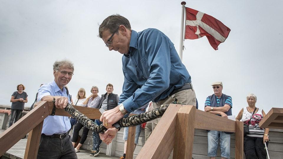 Borgmester Knud Kristensen indviede den nye fjordhave i Løgstør - til venstre for ham er det formand Gunnar Villumsen. Foto: Laura Guldhammer