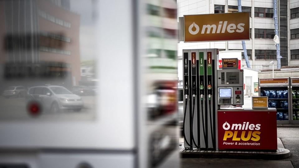 Olieprisen er faldet omkring 30 procent den seneste måned, og det kommer bilejerne tilgode med lavere benzinpriser.