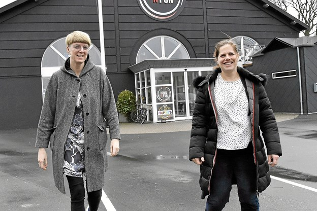 Christina Pedersen (th) har tilbudt Rikke Kirk, leder af Homestart Thisted, at samle varer og oplevelser sammen til trængte familier i Thy. Nu håber parret på stor opbakning fra firmaer og privatpersoner. Foto: Ole Iversen