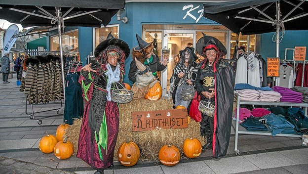 Hele fire hekse spankulerede rundt i hovedgaden - dog kun for at give børnene slik. Foto: Mogens Lynge