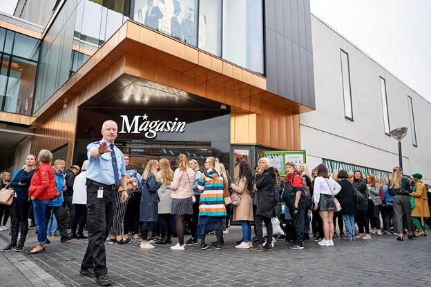 Tusindvis af kunder stod i kø, da Magasin slog dørene op i Aalborg. Arkivfoto: Henrik Bo