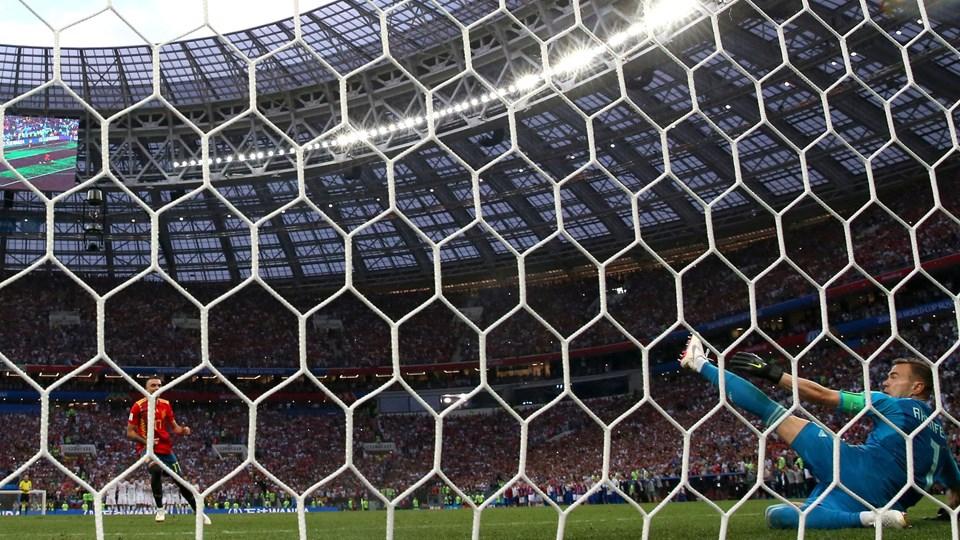 Ruslands målmand, Igor Akinfeev, reddede to af Spaniens straffespark i ottendedelsfinalen. Foto: Albert Gea/Reuters