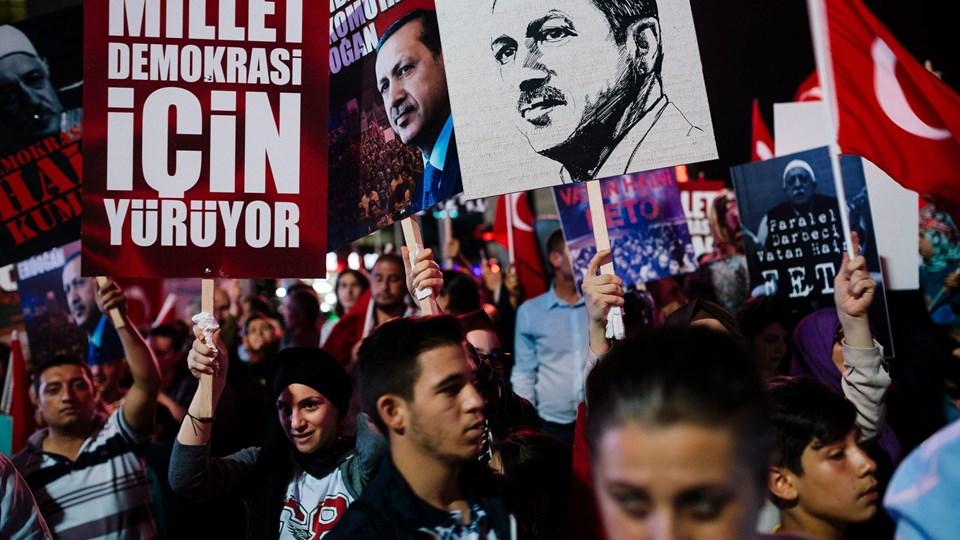 Recep Tayyip Erdogan får støtte af demonstranter efter det mislykkede kupforsøg fredag. Foto: Scanpix