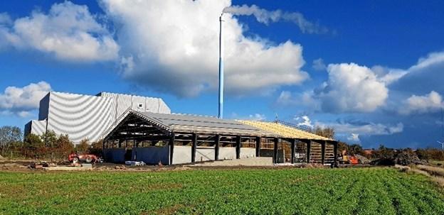 Frem til at forbehandlingsanlægget er klar til drift, ?bliver madaffaldet løbende kørt til Gemidan KomTek i Holsted, hvor der er et anlæg, identisk med det anlæg, som er i gang med at blive opført i Frederikshavn.