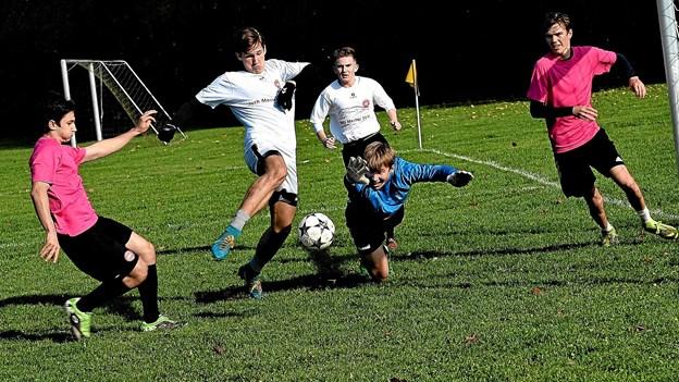 Det var to spændende kampe, der blev spillet ved finalestævnet. Her en situation fra drengefinalen mellem 2d og 2b. Foto: Jørgen Ingvardsen