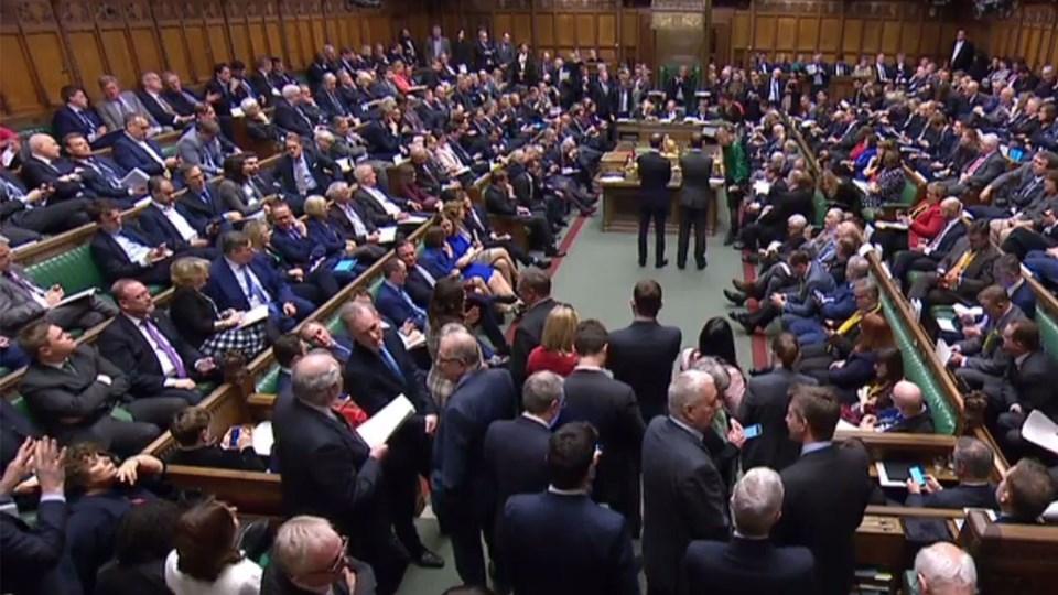 Endnu en højspændt aften i det britiske parlament. Briterne har endnu ikke fundet ud  af, hvad de skal stille op for at sikre en skilsmisse fra EU. Men et flertal beslutter torsdag aften at bede EU om udsættelse af brexit.