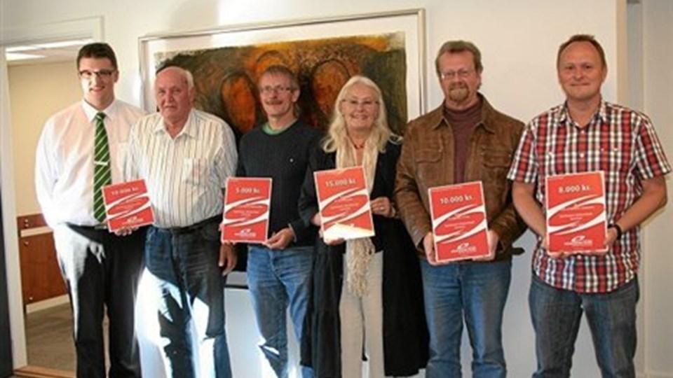 Afdelingsdirektør Rasmus Krog Madsen (tv) sammen med de glade modtagere af fondsmidlerne. Privatfoto