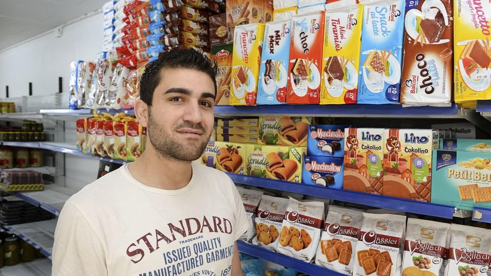 Alt i specialiteter fra udlandet. Sådan lyder sloganet til Hobro Minibazar, som 25-årige Rezan Ali står bag. Foto: Michael Bygballe