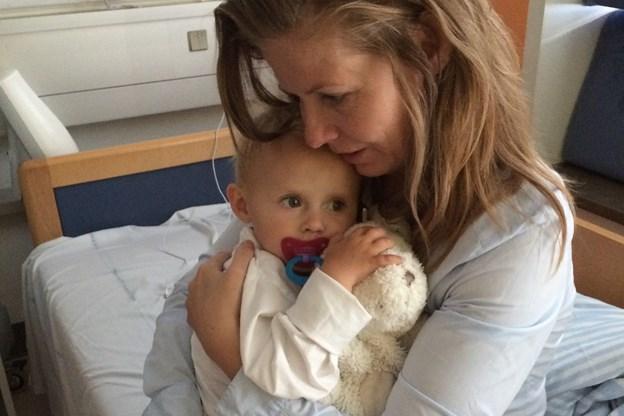 Bulen på maven var kræft: Karens lille datter blev skaldet og stoppede med at spise