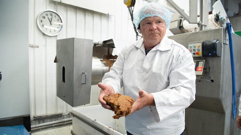Fabrikschef Jørgen Wahl måtte tidligere sende restprodukter fra produktionen til forbrænding og er glad for, at det nu er slut. Foto: Bente Poder