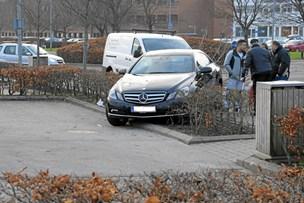 Bilist ramte træ, som ramte fodgænger
