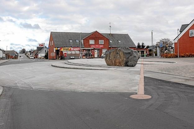 Soltorvet i byens centrum med lys asfalt og angivelse af verdenshjørner. Foto: Niels Helver Niels Helver