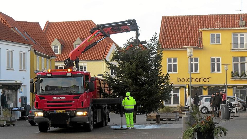 Så blev Løkkens store flotte juletræ fjernet før nytårsaften. Det skete i god ro og orden med hjælp af kommunens tekniske afdeling. Foto: Kirsten Olsen
