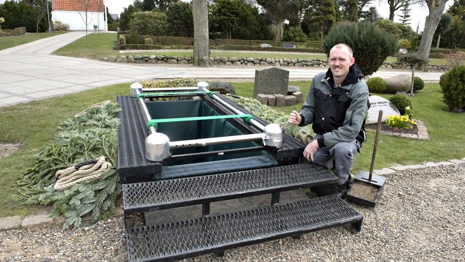 Brønderslev Kirkegård kan nu tilbyde diskret, teknisk hjælp, når kisten skal sænkes i graven. Thomas Huulgaard forklarer, at nedsænkningsassistenten er et hjælpemiddel til de pårørende. Foto: Henrik Louis