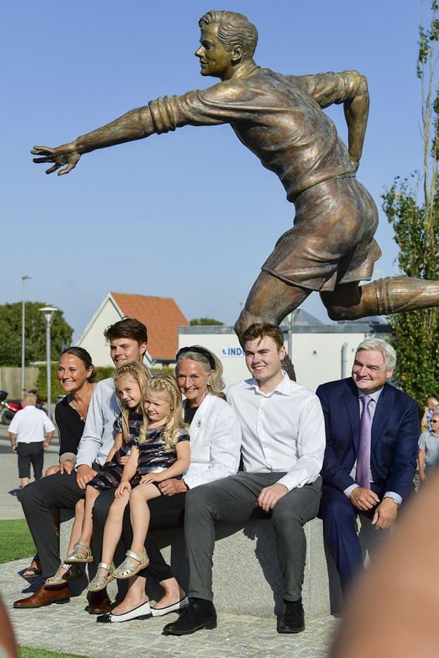 Her er Rudi Nielsen foreviget med børn og børnebørn omkring bronzestatuen af Bette Halle.