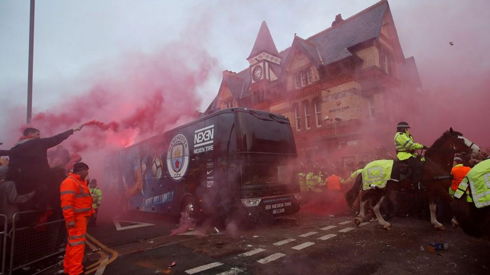 Manchester Citys holdbus blev angrebet i Liverpool onsdag aften. Foto: Reuters/Carl Recine