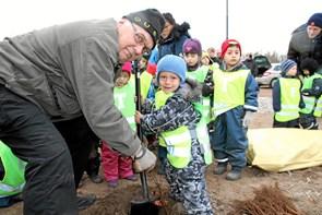 David og de andre børn med til at sikre rent drikkevand