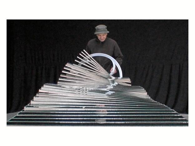 "Klavs Weiss med sin ""wavy bench""-skulptur, som fra 18. august kan studeres i det nye galleri ""Højbjerg og Simmelsgaard"" i Skibsgade i Hobro. Privatfoto"