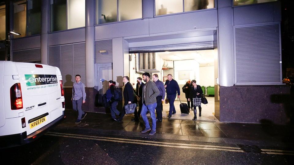 Op mod en snes agenter fra en britisk datatilsynsmyndighed har ransaget kontorer i London. Foto: Reuters/Henry Nicholls