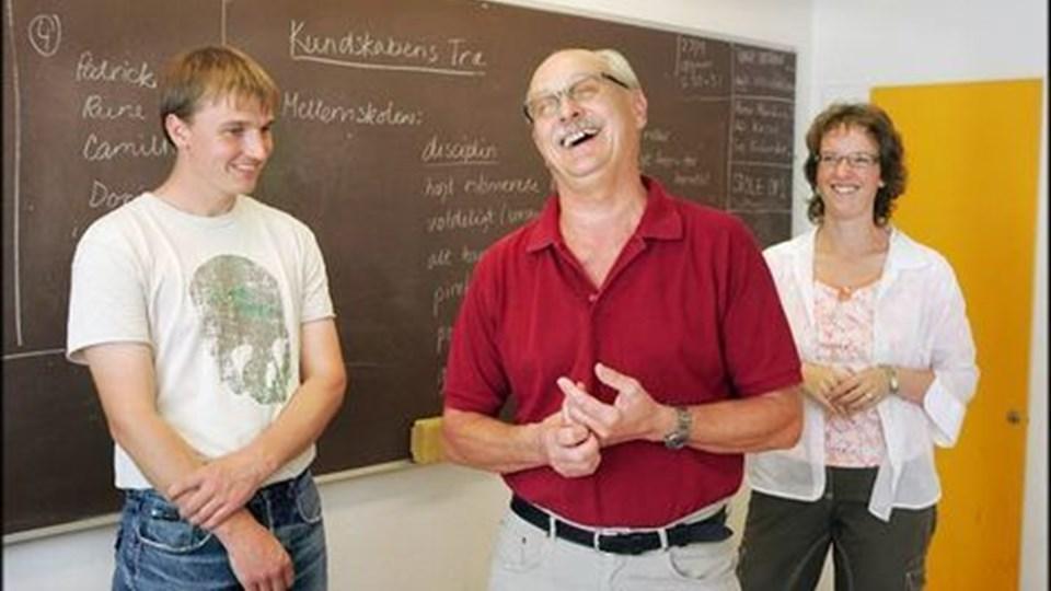 Lærer Henning Skak Jensen flankeret af to af sine gamle elever, der nu er lærere på Sindal Skole.FOTO: HENRIK LOUIS