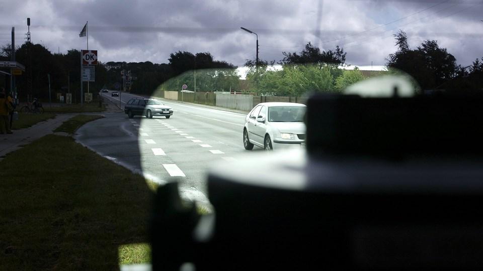 En fotovogn blev skubbet langt, da den blev påkørt af en 43-årig bilist. Arkivfoto
