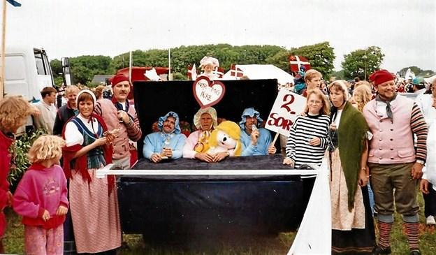 Med i byfestoptoget med tre mænd i en kæmpe barnevogn. Foto: Mogens Lynge