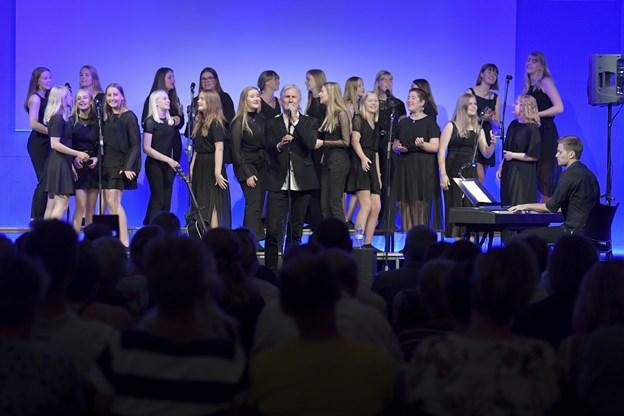 Mariagerfjord Pigekor - her sammen med Steffen Brandt - giver 25. november koncert på Sødisbakke i Mariager. Arkivfoto