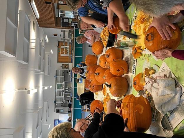 Også på Skørping Ældrecenter blev der lavet græskar-lygter, som prydede Skørping på Halloween Open By Night. Foto: Privat