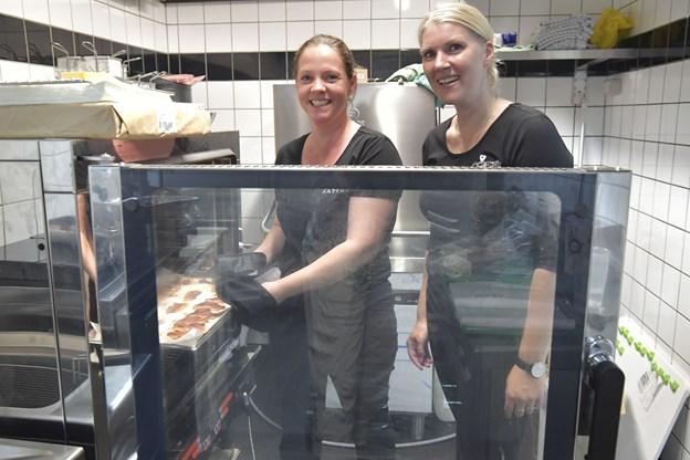 Maria sammen med kok Maja Diana Igeil - de er klar til at tage imod de første gæster onsdag 1. august. Foto: Bente Poder