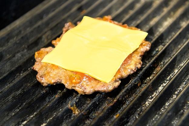 Så er der en cheeseburger på vej ...