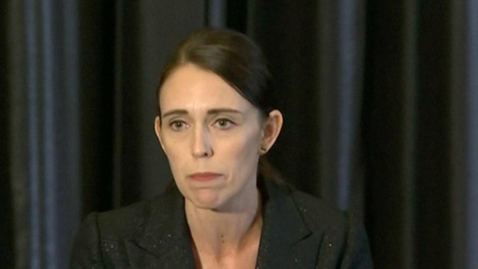 New Zealands premierminister Jacinda Ardern holdt kort efter de første meldinger om angrebet et kort pressemøde, hvor hun informerede om angrebet.