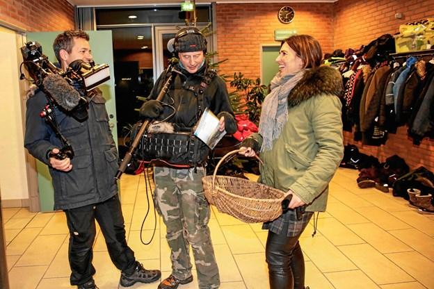 Ejendomsmægler Line Franck sammen med sit kamerahold i Østervrå. Privatfoto.