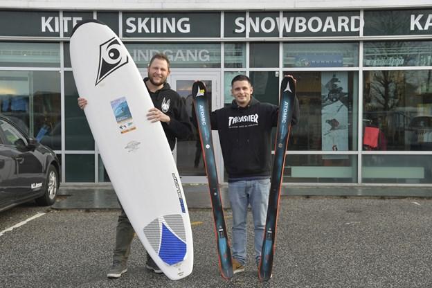 Her ses to meget glade mænd. Jens Reese Jørgensen (tv) og makkeren Jacob Christensen har nemlig overtaget Surf og Ski Aalborg.