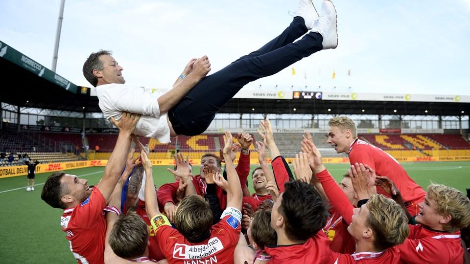 FCN-cheftræner Kasper Hjulmand fik lufttur, efter bronzemedaljerne var i hus. Men han vil gerne op i endnu højere luftlag. Foto: Scanpix/Tariq Mikkel Khan