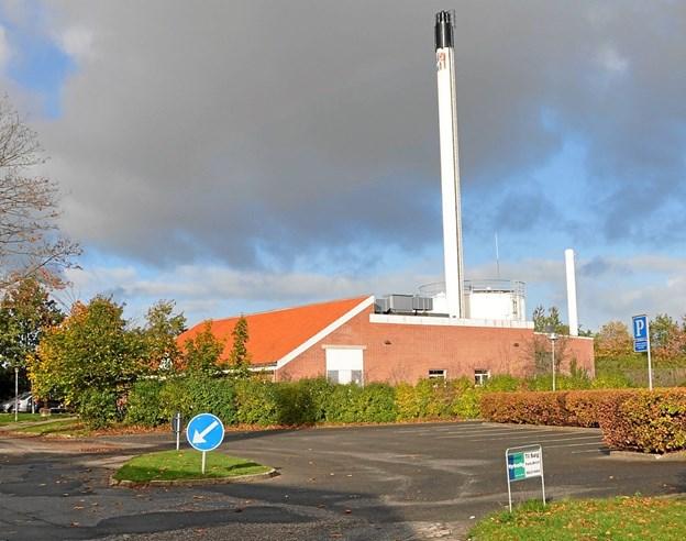 Kommunen ønskede i første omgang at placere kraftvarmeværket udenfor byen, men det endte med denne placering på Tidselbak Allé nord for sygehusbygningerne. Foto: Ole Torp Ole Torp