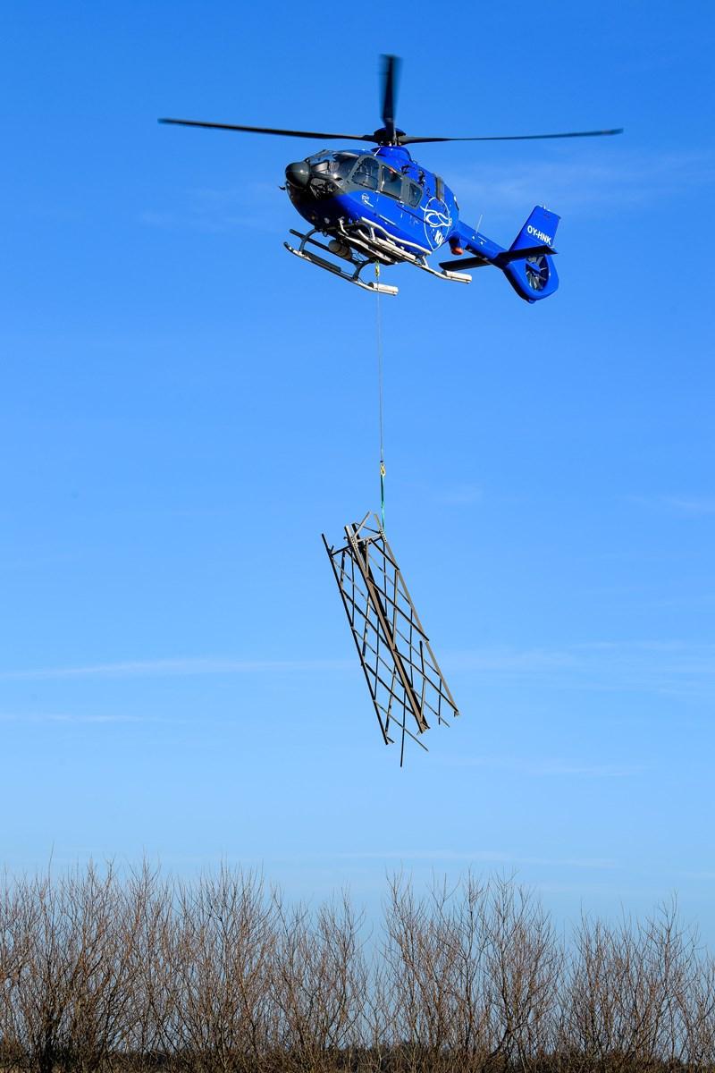 Højspændingsmasterne over de nordlige Vejler er lagt ned, skåret i stykker og flyves ud med helikopter. Foto: Bo Lehm