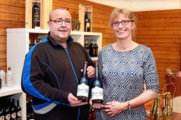 Tonni Bach (tv.) fra Golden Wine præsenterer her sammen med Anne-Charlotte Finderup-Berg fra Sankt Lukas Stiftelsen en af de vine, som nu skal støtte stiftelsens børnehospice.  Privatfoto