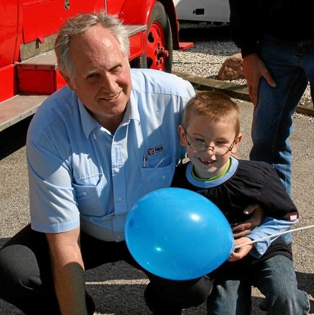 """Aage ses her med en """"kunde"""", der henvendte sig til ham, da Falck holdt 75 års jubilæum. Drengen havde Aage forløst, da han blev født i en ambulance på vej til Hobro: Foto: Privat."""
