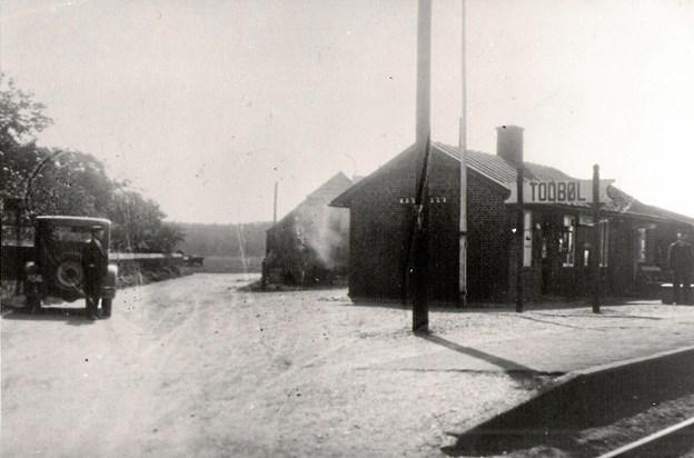 Todbøl Station 1930. Manden ved bilen til venstre er manufakturhandler Chr. Søndergaard, Thisted. Foto: Lokalhistorisk Arkiv