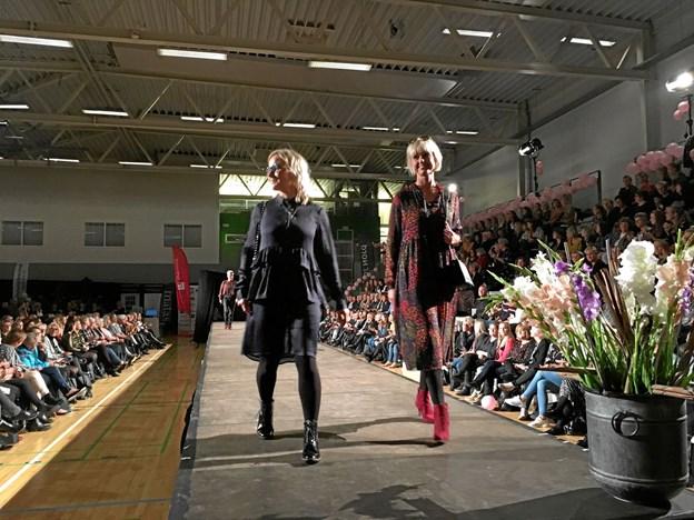 Lokale mannequiner færdedes hjemmevant på catwalk'en i forbindelse med modeshowet i Arena Himmerland. Privatfoto