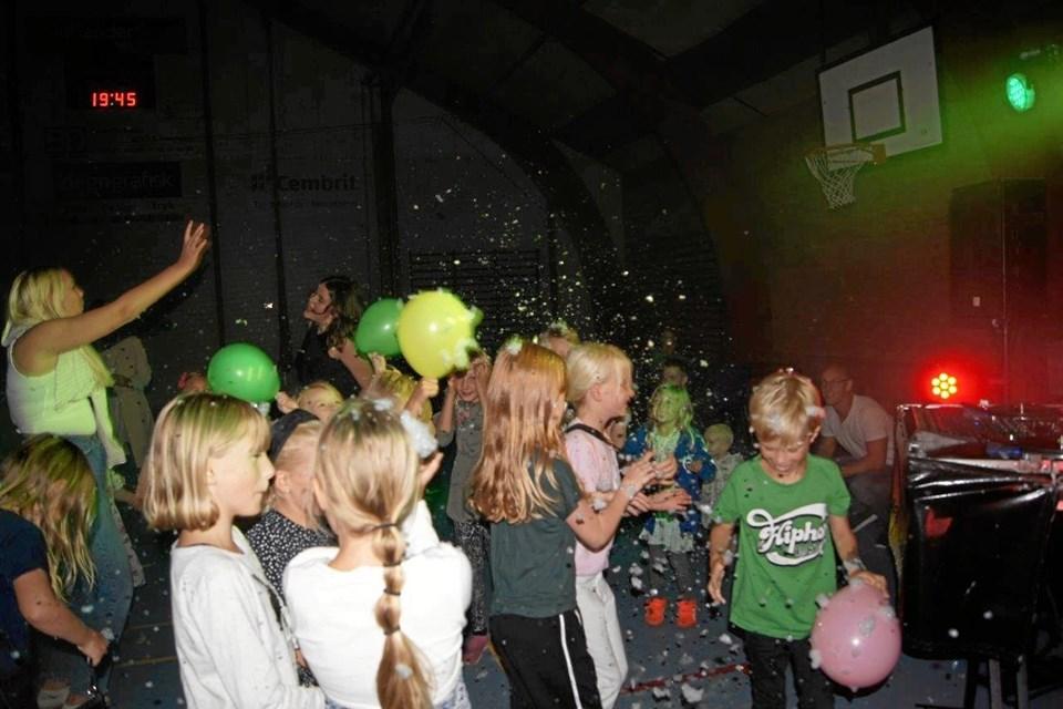Torsdag aften hyggede de yngsste årgange sig ved et juniordiskotek i hallen med DJ Lua. Privatfoto