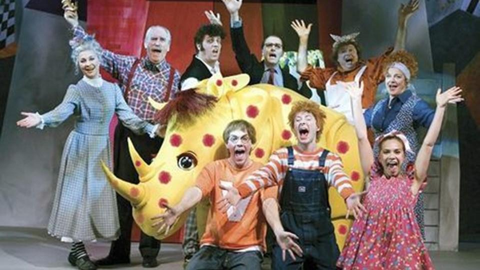 """Samtlige medvirkende i Det Danske Teaters nye opsætning af """"Otto er et næsehorn"""".  Foto: Thomas Petri."""
