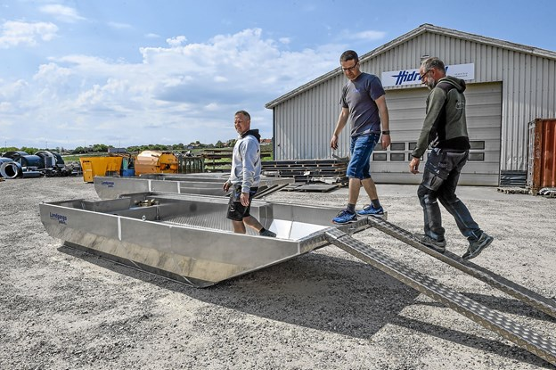 Den flade landgangsbåd er meget stabil, kan bære en stor last og kan komme ind, hvor andre både giver op. Foto: Ole Iversen